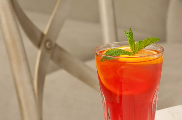 Szklane przezroczyste szkło z sokiem i cytryną na stole