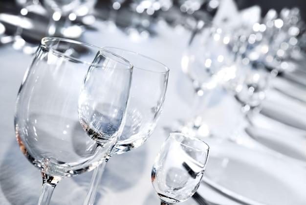 Szklane puchary na białym stole