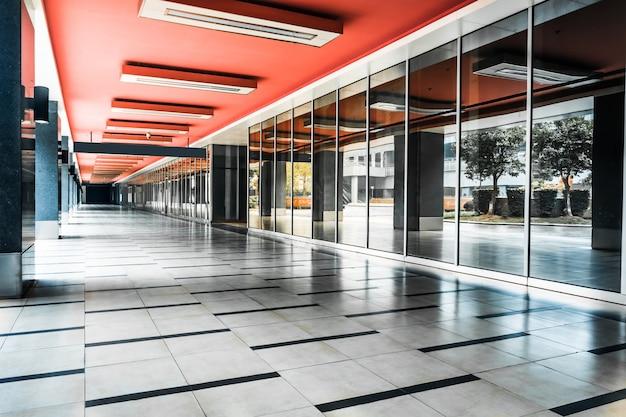 Szklane ściany i długi korytarz