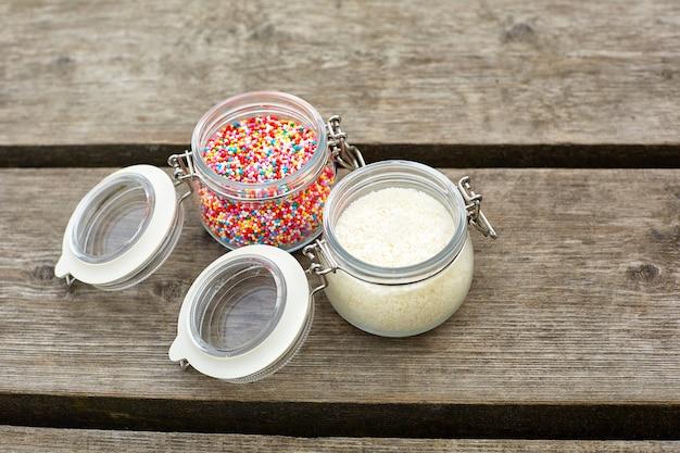 Szklane słoiki z cukierkami i ryżem
