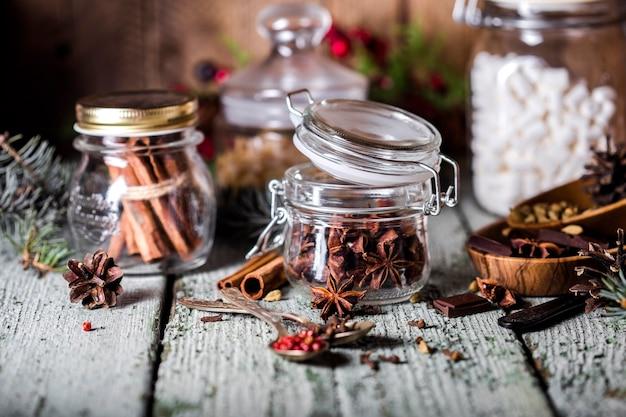 Szklane słoiki z pachnącymi przyprawami w stylu rustykalnym