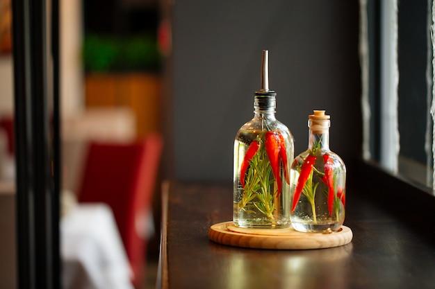 Szklane słoiki z pieprzem w sosie octowym i rozmarynem