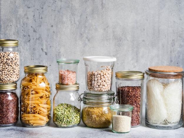 Szklane słoiki z różnymi zbożami i nasionami