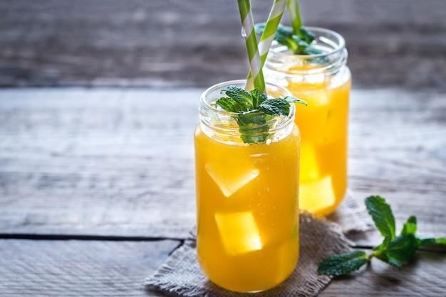 Szklane słoiki z sokiem z mango
