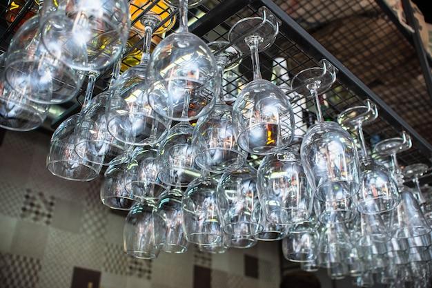 Szklane szklanki zwisały z paska