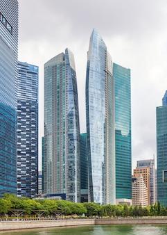 Szklane wieżowce w centrum singapuru na nabrzeżu,