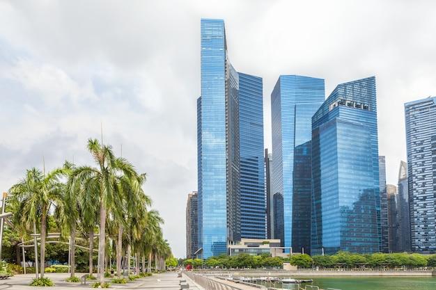 Szklane wysokie drapacze chmur w centrum singapuru na nabrzeżu.