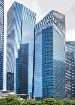 Szklane wysokie drapacze chmur w centrum singapuru