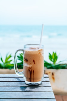 Szklanka czekoladowego koktajlu mlecznego