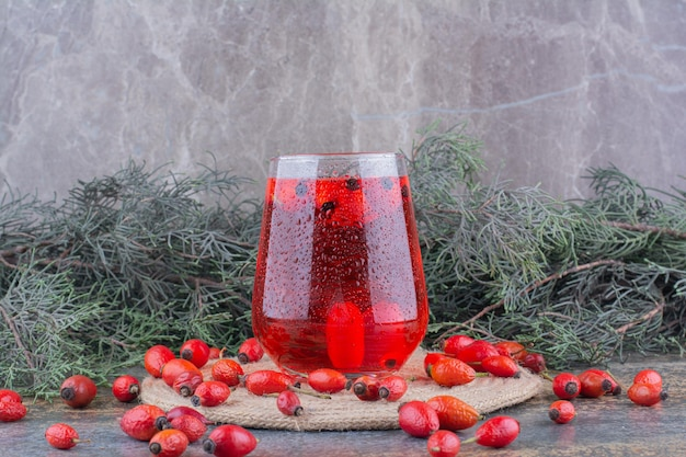 Szklanka czerwonego soku na marmurze