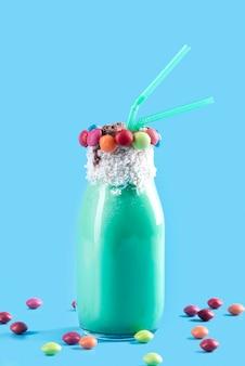Szklanka deseru z kolorową cukierkową polewą