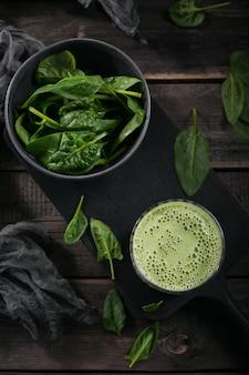 Szklanka domowego zdrowego zielonego smoothie ze świeżym szpinakiem dla dzieci