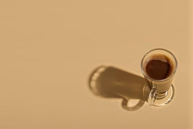Szklanka gorącej czekolady na kolorowym tle.dzień czekolady