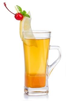 Szklanka gorącej herbaty owocowej ze świeżą miętą, cytryną i wiśniową jagodą