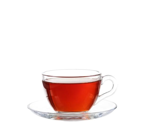 Szklanka herbaty z końcówką torebki. pojedynczo na białej ścianie, ze ścieżką przycinającą