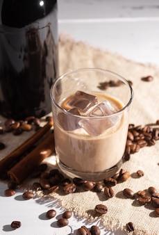 Szklanka irlandzkiego likieru kawowego z lodem i lodem