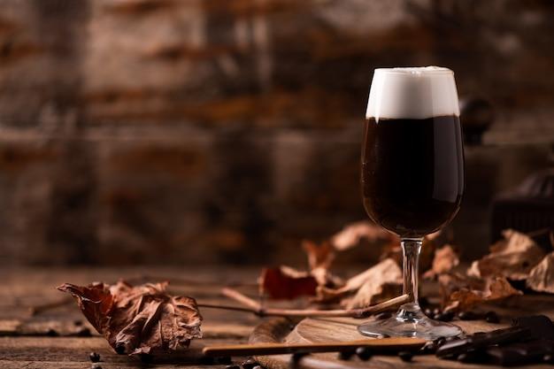 Szklanka irlandzkiej kawy na stole. zamknij się