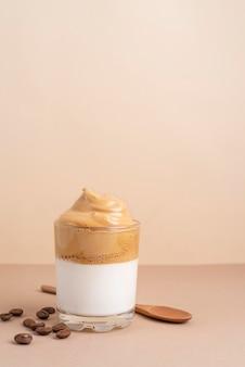 Szklanka kawy dalgona na stole