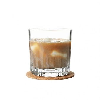 Szklanka kawy mrożonej na białym tle