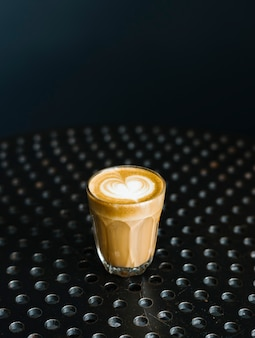 Szklanka kawy na stole