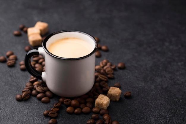 Szklanka kawy pod wysokim kątem