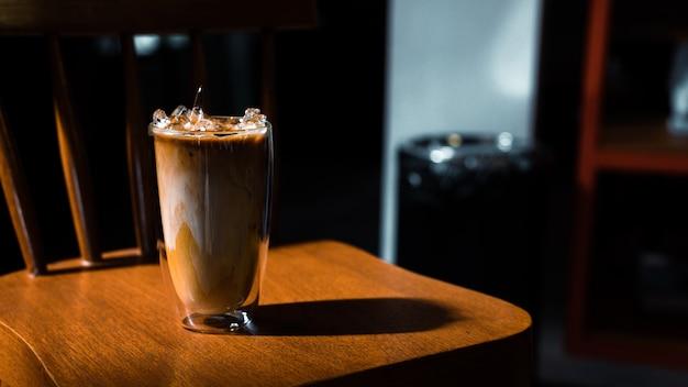 Szklanka kawy z mlekiem na stole