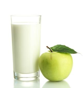 Szklanka kefiru i zielone jabłko, na białym tle