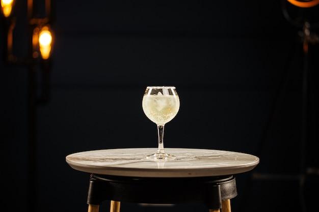 Szklanka koktajlu margarita z solą na okrągłym stole