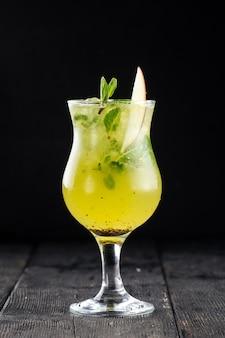 Szklanka koktajlu mojito z zielonym jabłkiem
