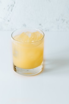 Szklanka koktajlu penicylinowego na białej powierzchni