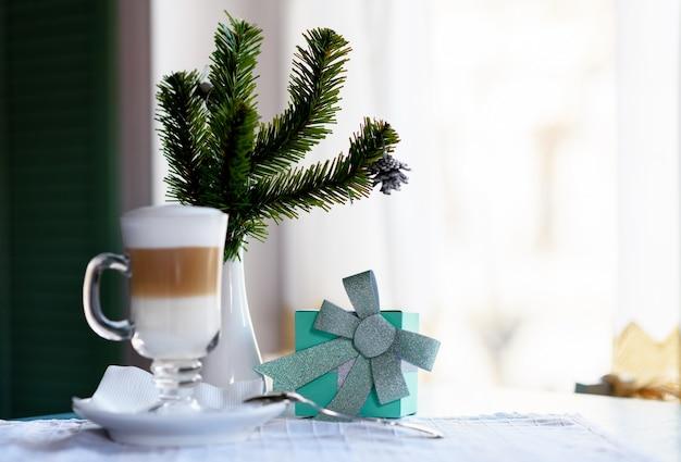Szklanka latte z zielonym pudełkiem