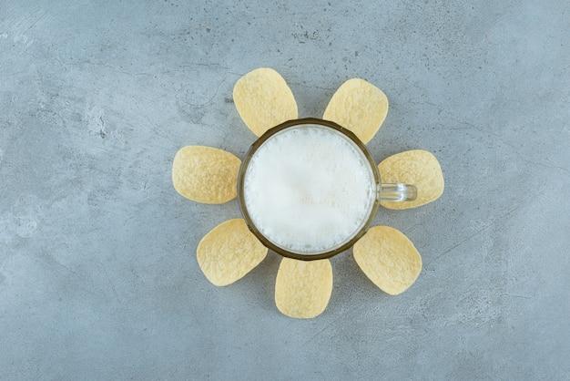 Szklanka lekkiego pysznego piwa z chipsami ziemniaczanymi. zdjęcie wysokiej jakości