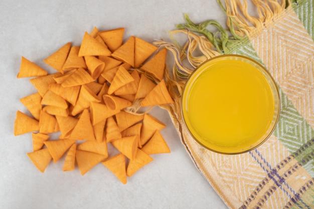 Szklanka lemoniady i chipsy w kształcie trójkąta