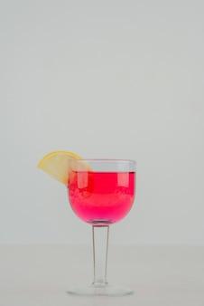 Szklanka lemoniady z cytryną.