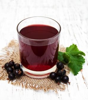 Szklanka lemoniady z czarnej porzeczki