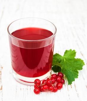 Szklanka lemoniady z czerwonej porzeczki