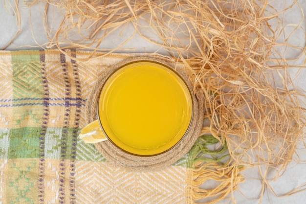 Szklanka lemoniady z plasterkiem cytryny na obrusie
