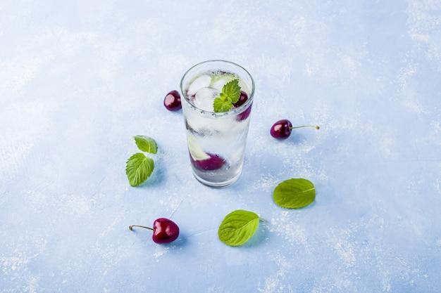 Szklanka letniej lemoniady lub mrożonej herbaty