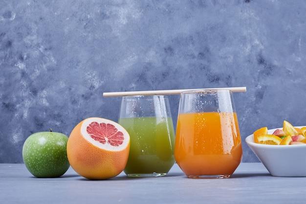 Szklanka mandarynki i soku jabłkowego.