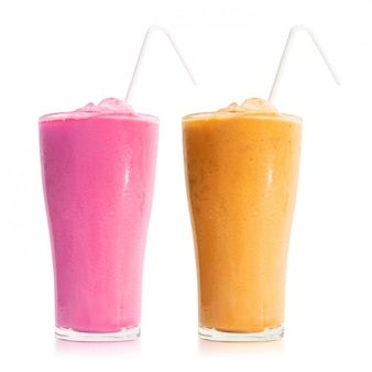 Szklanka mleka herbaty na białym tle. słodki napój w kubku. (ścieżka przycinająca)