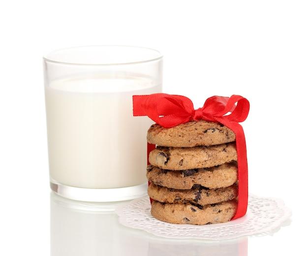 Szklanka mleka i ciasteczek na białym tle