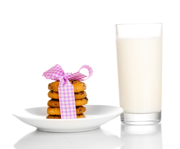 Szklanka mleka i ciasteczka na białym tle