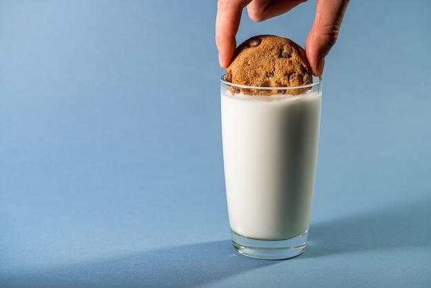Szklanka mleka i ciasteczka z kawałkami czekolady