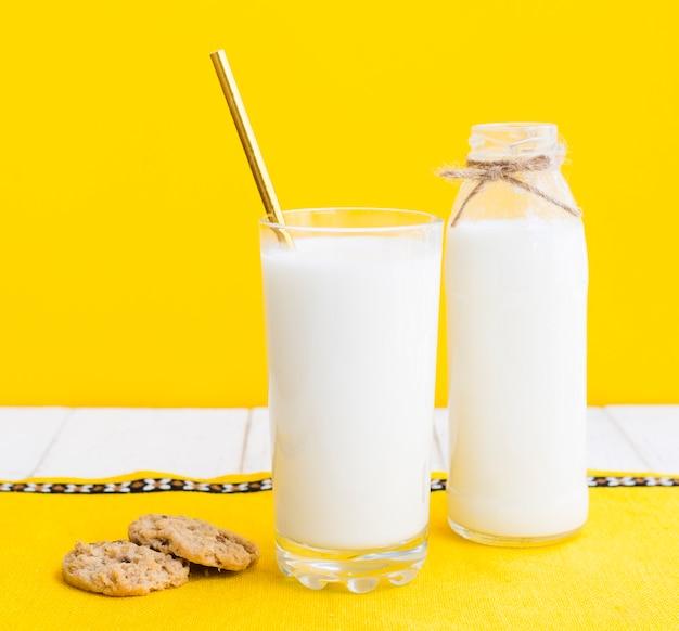 Szklanka mleka i ciasteczka