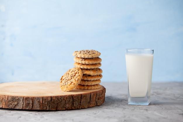 Szklanka mleka i domowe ciasteczka