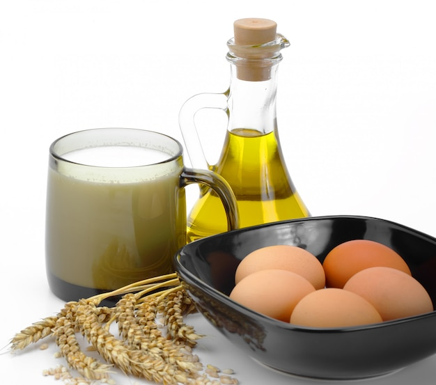 Szklanka mleka i jaj w misce