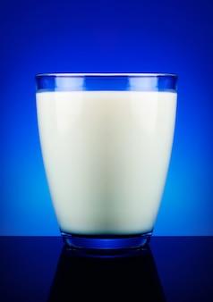 Szklanka mleka i niebieska powierzchnia