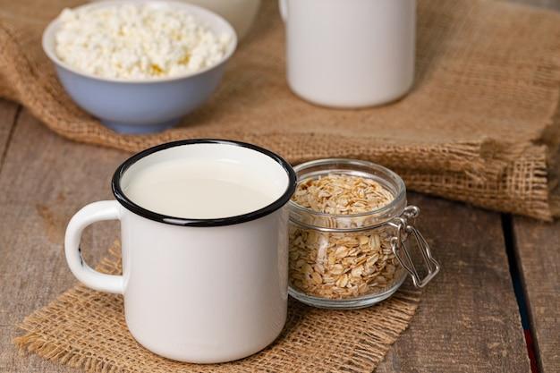 Szklanka mleka i płatków owsianych na drewnianym stole