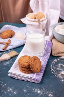 Szklanka mleka i słoik herbatników