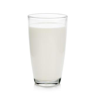 Szklanka mleka na białym tle